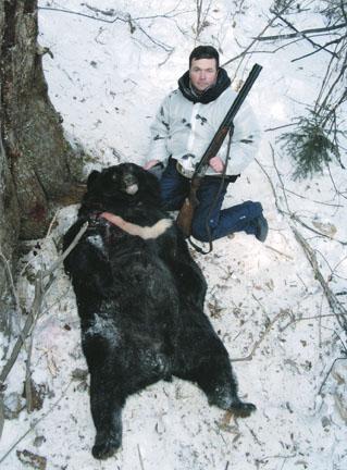 Константин Попов с трофеем гималайского медведя. Фото www.scirecordbook.org