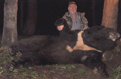 Malcolm W. King  с трофеем гималайского медведя. Фото www.scirecordbook.org/