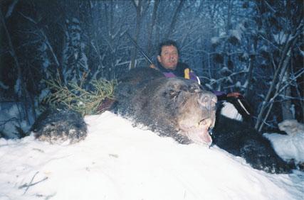 "М. Лакс с трофеем сибирского бурого медведя 24 12/16"". Фото с www.scirecordbook.org"