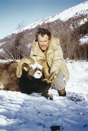 Vance Corrigan с рекордным трофеем якутского снежного барана. Фото с www.scirecordbook.org
