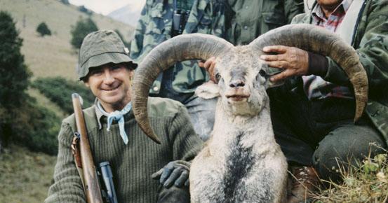 Manuel V. Zuniga de Juanes с  трофеем голубого непальского барана. Фото www.scirecordbook.org