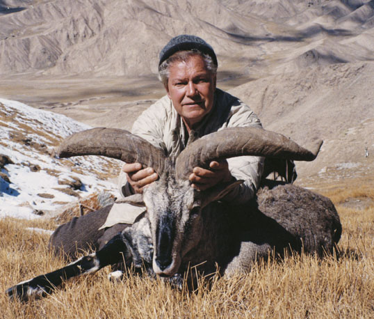 Arthur R. Dubs с трофеем голубого китайского барана. Фото с www.scirecordbook.org