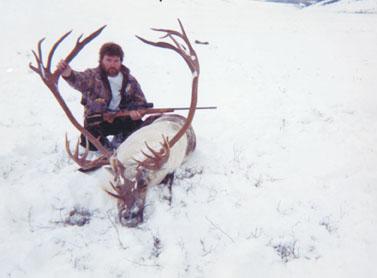 Jesse Fiske с рекордным трофеем северного оленя. Фото www.scirecordbook.org