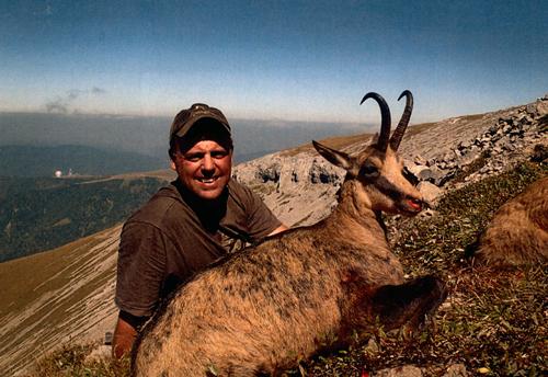 "Jay E. Link с трофеем кавказской серны (27""). Фото с www.scirecordbook.org"