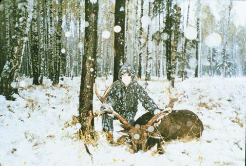Virginia Papac с рекордным нетипичным трофеем манчжурского пятнистого оленя из Европы. Фото www.scirecordbook.org