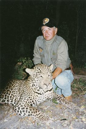 "Steven E. Chancellor  с трофеем леопарда 19 11/16"". Фото с www.scirecordbook.org"