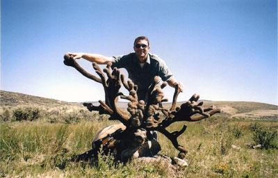 "Brian K. Mortz  строфеем карибу из С.Америки (746 6/8"").  Фото с www.scirecordbook.org"